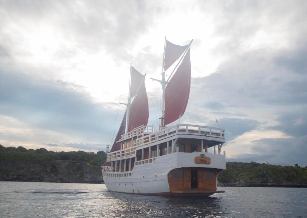 A Little Peek to How Liveaboard Labuan Bajo Works